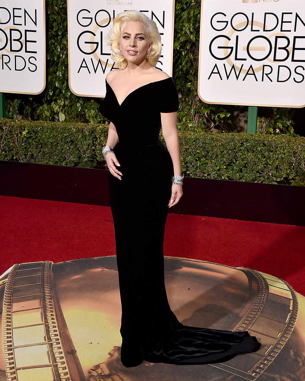 Golden-Globes-2016-Arrivals-Lady-Gaga-Billboard-1000